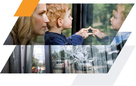 En haut, une mère et son enfant devant une vitre teintée, en bas une vitre abimée par un impact