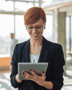 Femme souriante et tenant une tablette tactile