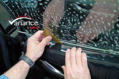 Raclette Reach pour passer le film derrière le lécheur de vitre. Variance-Auto
