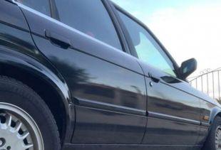 Une BMW transformée avec du film noir brillant . Variance Auto