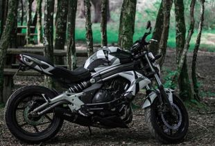 Covering sur une moto Kawasaki . Variance Auto