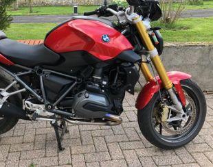 Une moto BMW se refait une beauté avec du film covering rouge métallisé 3M. Variance Auto