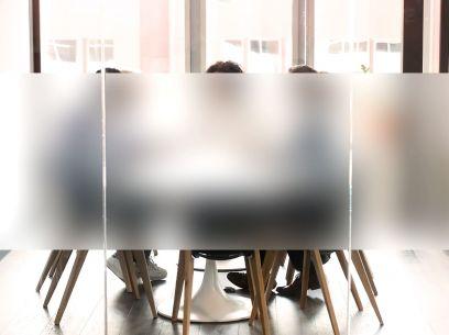 Bureau équipé du film électrostatique dépoli translucide