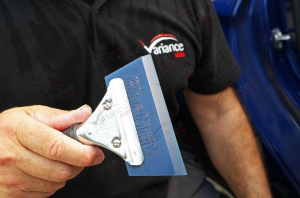 Raclette avec manche : type Blue Max pour une meilleure prise en main. Variance Auto