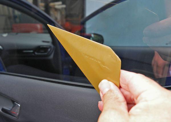 Raclette Reach pour passer le film derrière le lécheur de vitre. Variance Auto