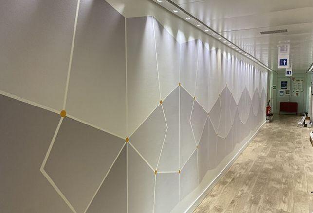 Habiller ses couloirs d'un revêtement adhésif pour un rendu agréable aux couleurs de l'entreprise. Luminis Films
