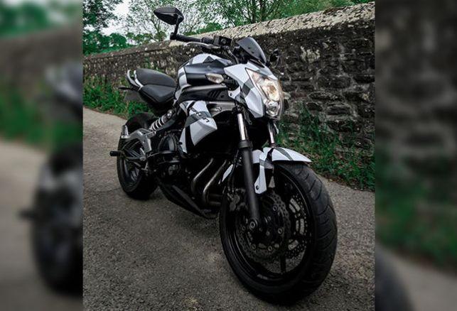 Cover sur une moto Kawasaki . Variance Auto