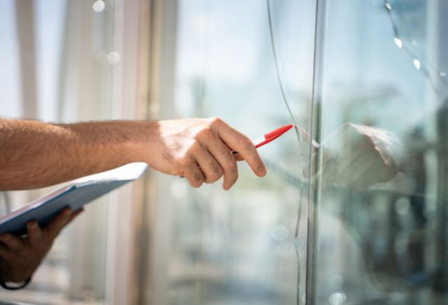Vent et intempéries : comment protéger ma vitrine en hiver ? . Luminis Films