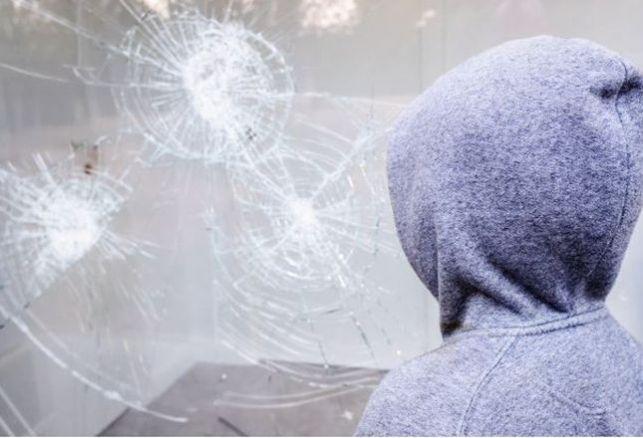 Film sécurité : quelles sont les différentes normes pour protéger vos vitrines en verre ?. Luminis Films
