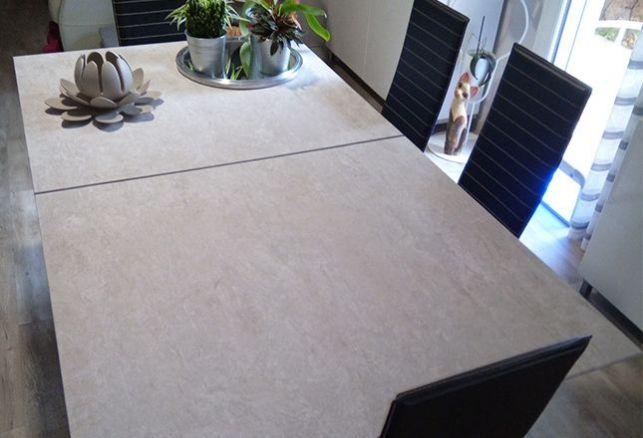 Une table en béton moderne. Luminis Films