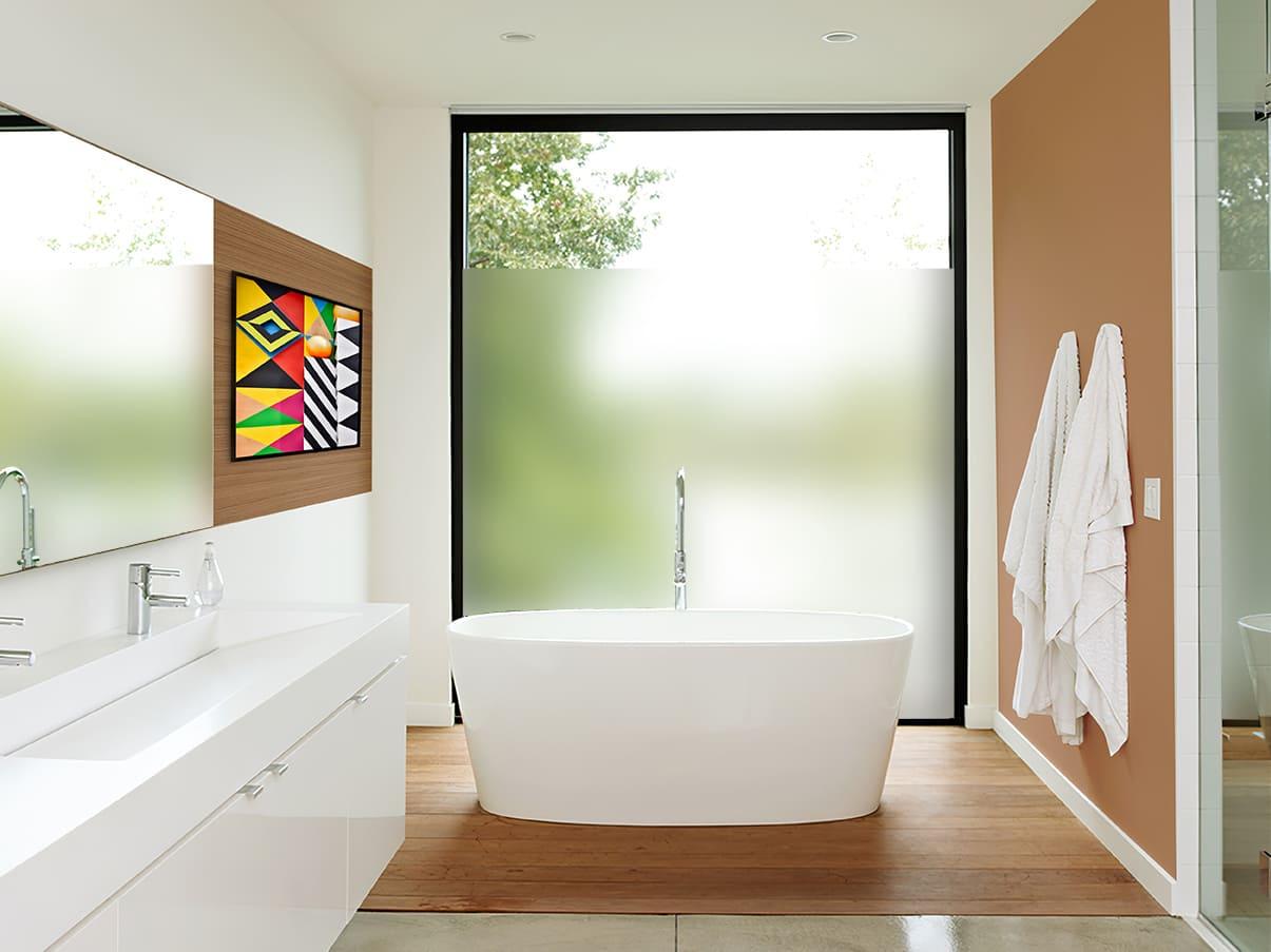 Salle de bain équipée du film électrostatique dépoli translucide